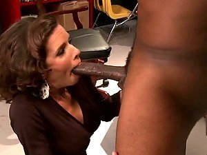 MILF Veronica Avluv Squirting To a Big Black Cock In Interracial Vid