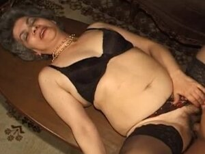 Young man fucks tasty granny in her cunt