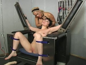 Horny babe get machines fucked hard into her pussy !