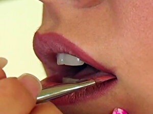 She does her lips with sexy gloss